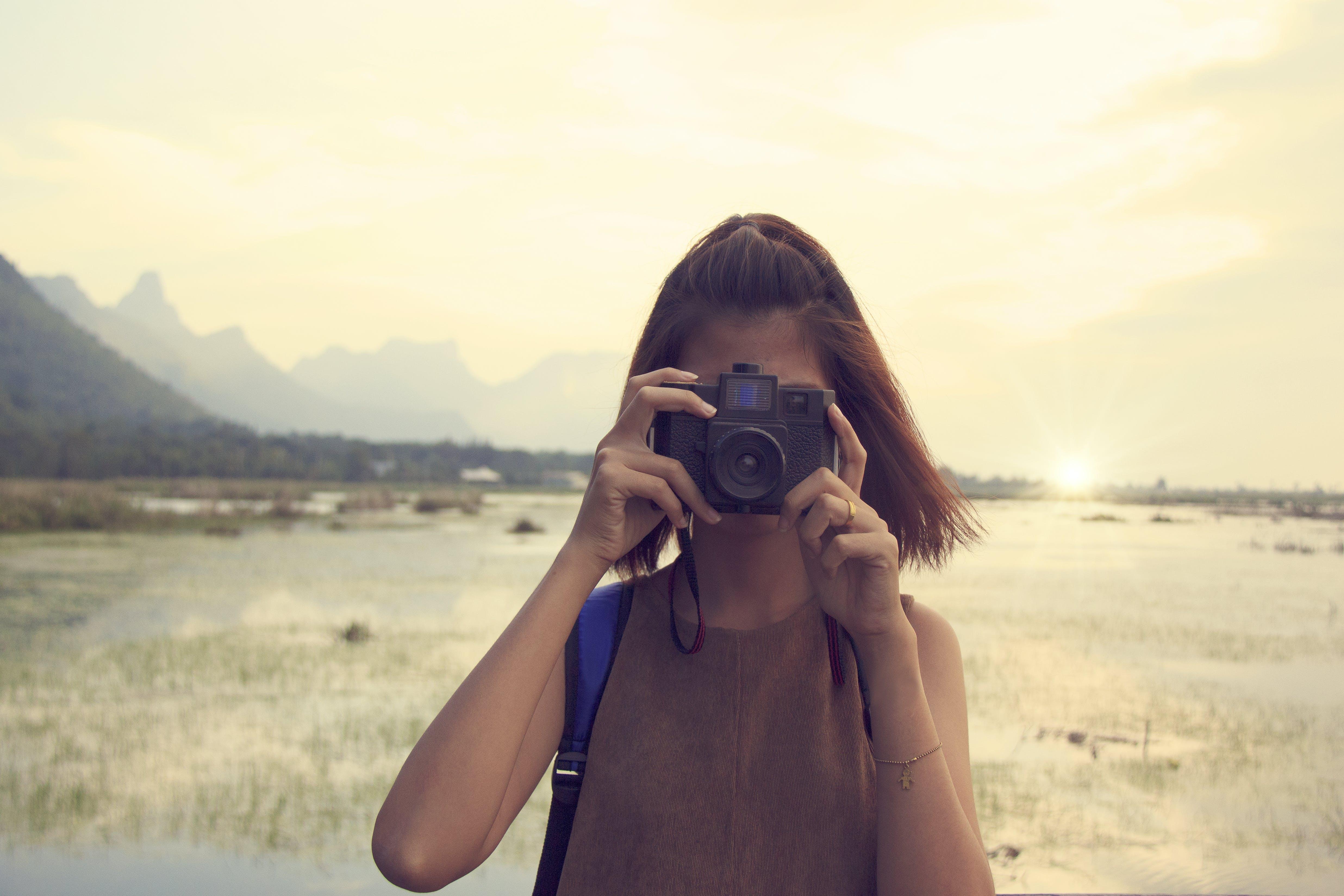 Základová fotografie zdarma na téma cestovní ruch, dáma, focení, fotoaparát