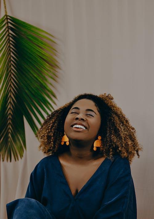 곱슬머리, 모델, 미소, 미소 짓는의 무료 스톡 사진