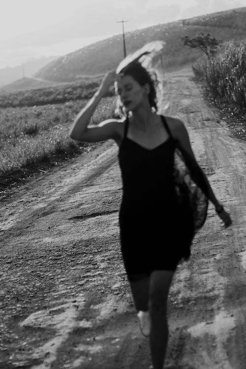 Ảnh lưu trữ miễn phí về chiếc đầm màu đen, đàn bà, đang chạy, đen và trắng
