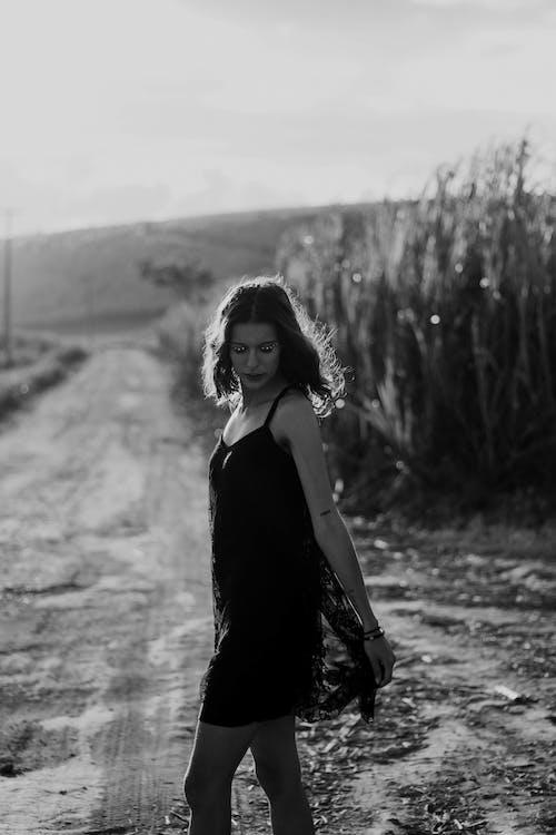 Foto d'estoc gratuïta de a l'aire lliure, blanc i negre, carretera, dempeus