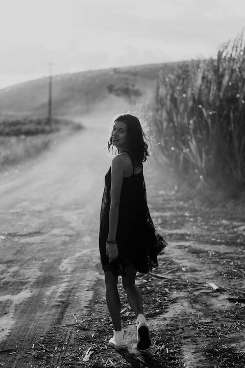 Foto profissional grátis de ao ar livre, de pé, ensaio fotográfico, escala de cinza