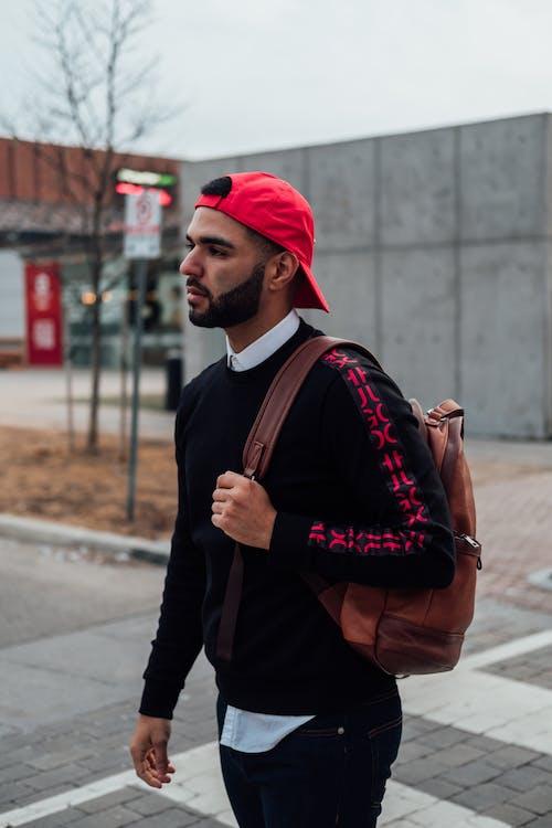 男子攜帶棕色皮包