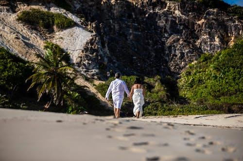 El Ele Tutuşurken Sahilde Yürüyen çiftin Düşük Açılı Fotoğrafı