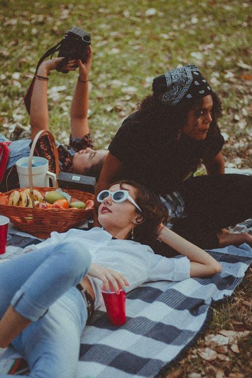 üç Kadın Piknik Yapıyor