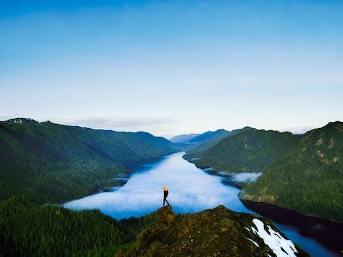 Person, Die Auf Felsformation Nahe See Steht