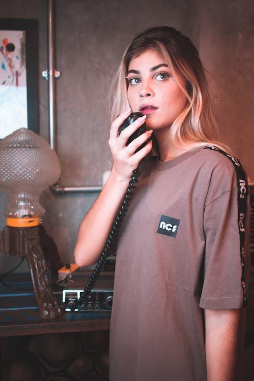 Vrouw In Grijs Shirt Met Lange Mouwen Met Een Zwarte Microfoon