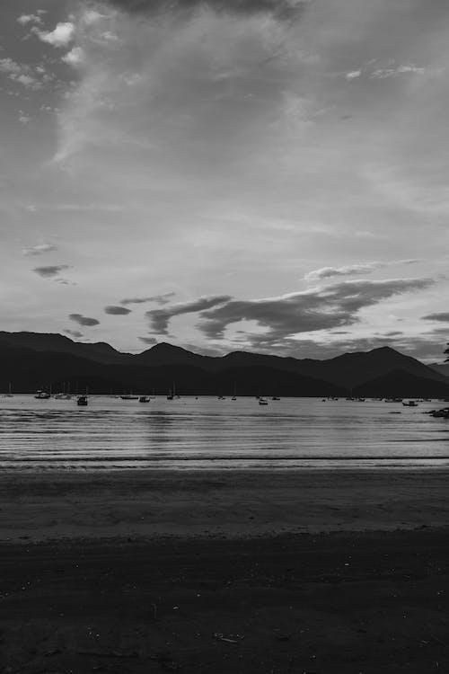 Ingyenes stockfotó a tengernél, alátét, alkonyat, fekete-fehér témában