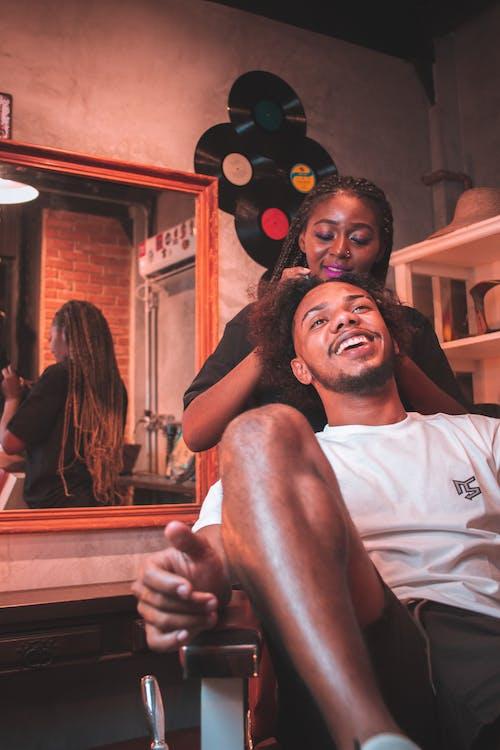 Fotos de stock gratuitas de feliz, habitación, hombre, hombre negro