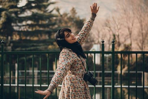Frau, Die Nahe Zaun Tanzt