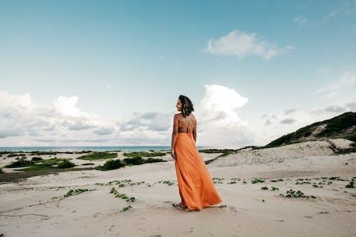 Foto profissional grátis de andando, ao ar livre, areia, caminhando