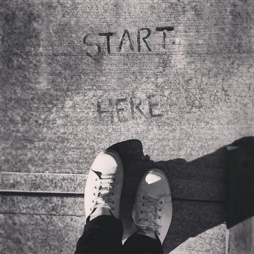 Gratis lagerfoto af cement, hvide sko, inspiration, inspirerende