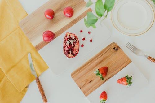 ahşap, ahşap kesme tahtası, bıçak, çatal bıçak takımı içeren Ücretsiz stok fotoğraf