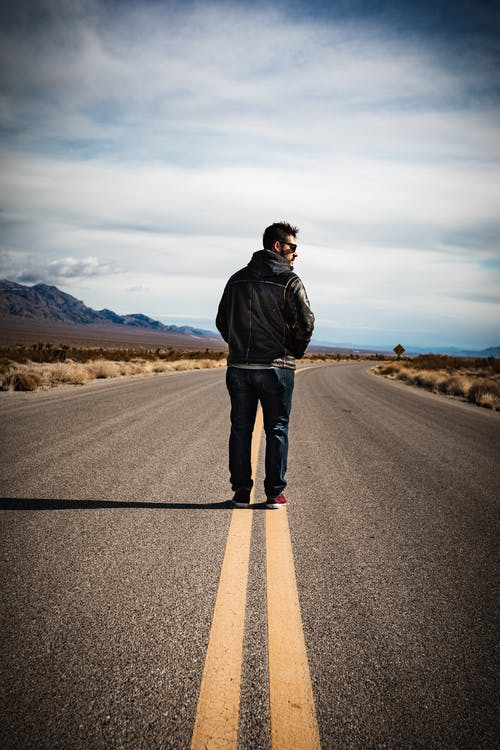 Ilmainen kuvapankkikuva tunnisteilla 20-25-vuotias mies, ajatteleminen, asfalttitie, elämäntapa