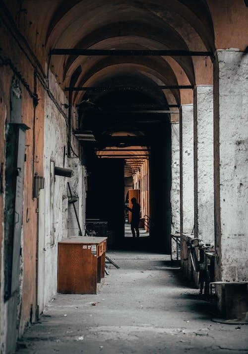 人, 剪影, 巷弄, 建築 的 免费素材图片