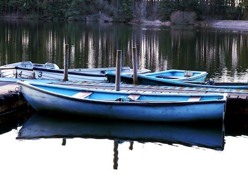 湖の鏡の上のボートの無料の写真素材