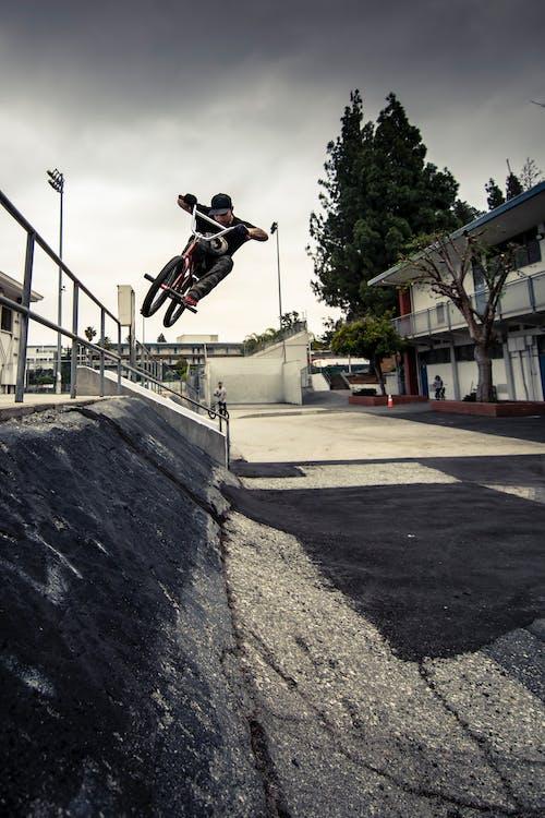 Uomo Che Fa Un Salto Su Una Bicicletta
