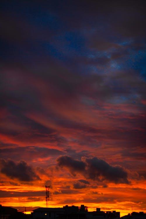 Ciel Sombre Pendant L'heure Dorée