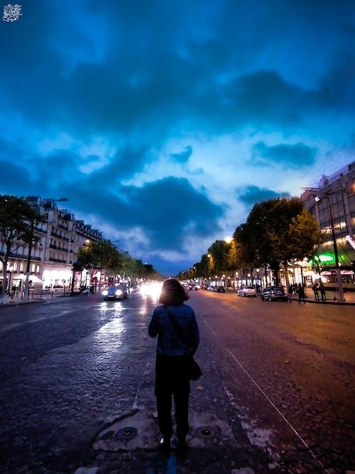 Kostenloses Stock Foto zu #mobilechallenge, blaue himmel, champs-Élysées, mädchen