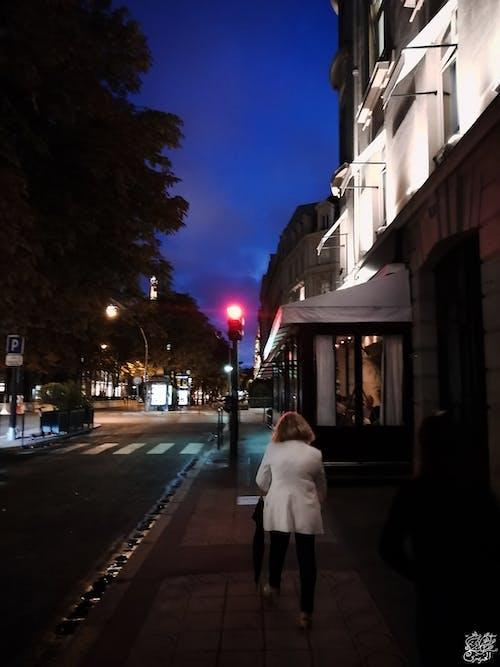 Kostenloses Stock Foto zu #mobilechallenge, ältere frau, ampeln, blauer himmel