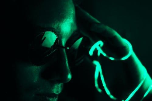 Fotobanka sbezplatnými fotkami na tému 20-25 ročný muž, chlap, laserové svetlo, na zvislo