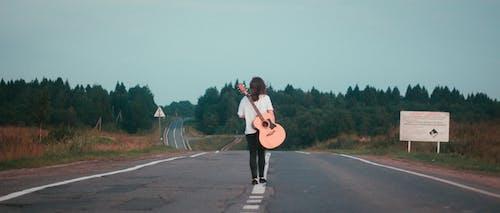 Fotobanka sbezplatnými fotkami na tému akustická gitara, asfaltová cesta, dievča, gitara