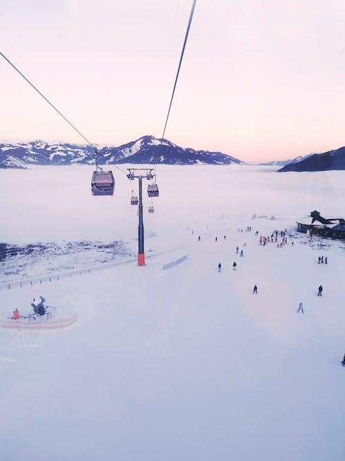 dağlar, kar, kayak yapmak, kış içeren Ücretsiz stok fotoğraf