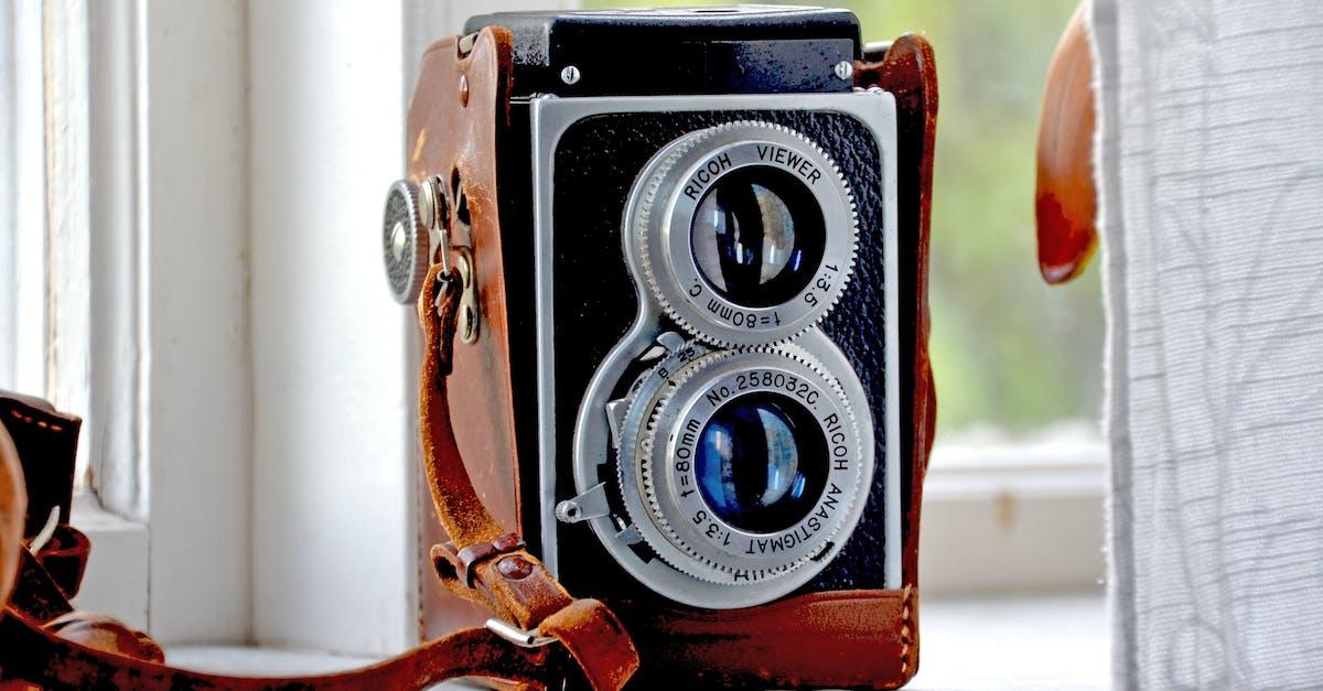 Небольшой современный ретро фотоаппарат