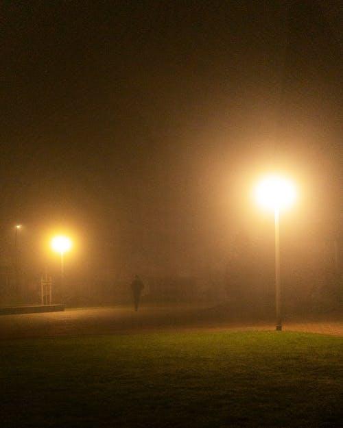 人, 剪影, 午夜, 城市的燈光 的 免费素材图片