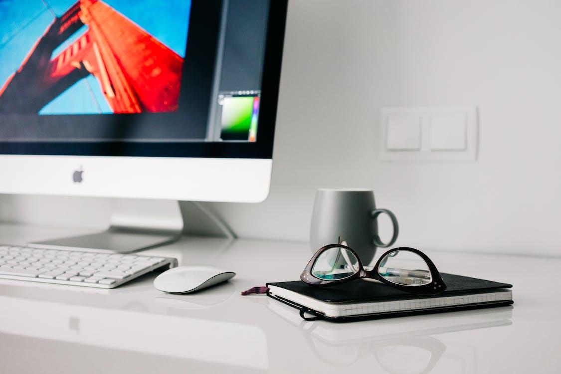 dioptrické okuliare, iMac, kancelária