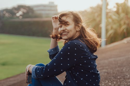 Fotografi Fokus Selektif Wanita Tersenyum Di Taman