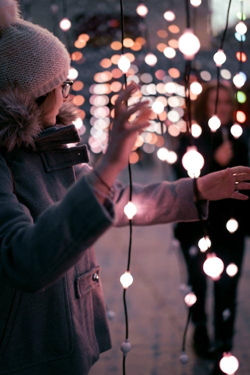 Kostenloses Stock Foto zu bokeh, frauen, licht, nacht