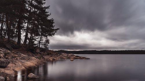Kostenloses Stock Foto zu bewölkt, glaskogen, kanu, landschaft
