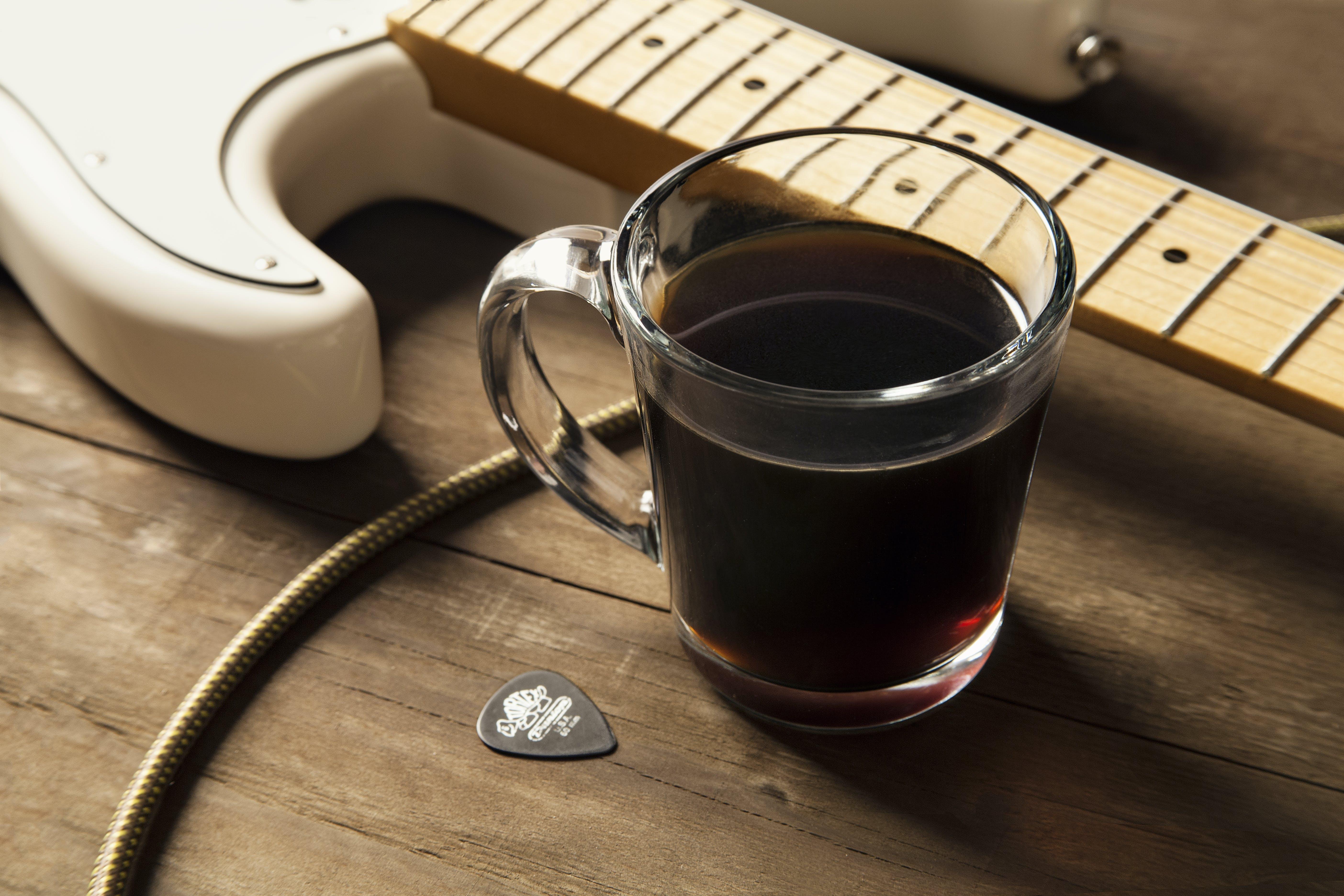 Kostenloses Stock Foto zu becher, braun, café, elektrische gitarre