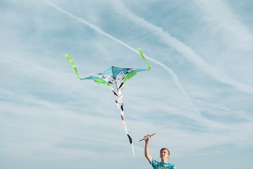 Mann, Der Blauen Hemd Fliegenden Drachen Trägt