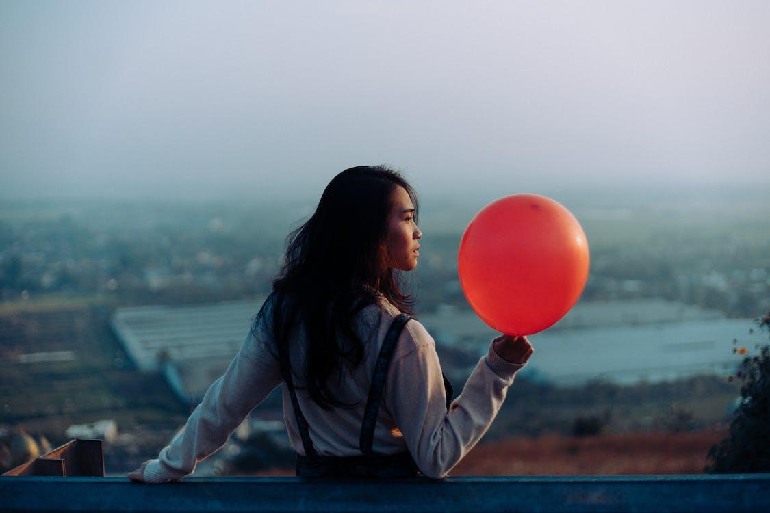 ballon, brünette, festhalten