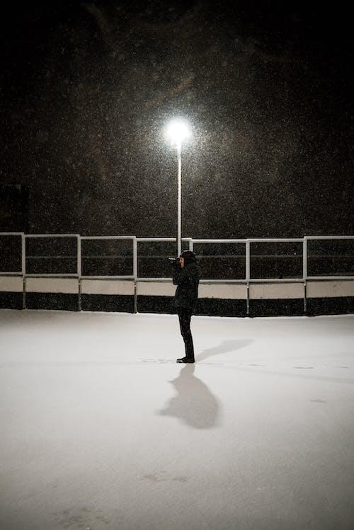 Darmowe zdjęcie z galerii z jasny, lampa uliczna, mężczyzna, osoba