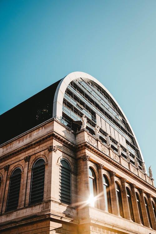 夜明けの建物の写真