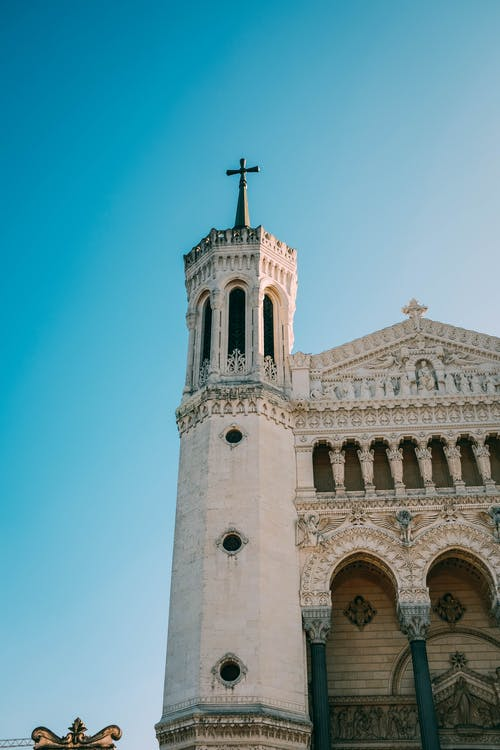 昼間の大聖堂の写真