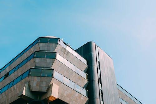 Foto d'estoc gratuïta de cel blau, comerç, contrapicat, edifici
