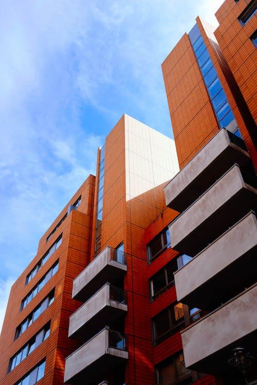 Edificio De Hormigón Naranja