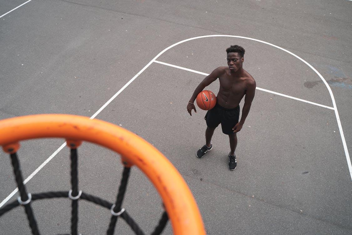 afroamerikanischer mann, ball, band
