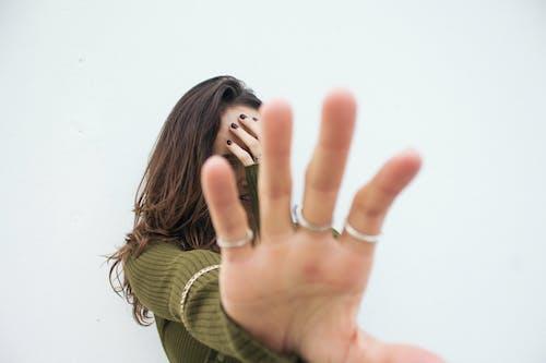 Ilmainen kuvapankkikuva tunnisteilla 20-25-vuotias nainen, älä katso minua, elämäntapa, juttu