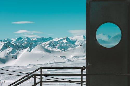 Fotobanka sbezplatnými fotkami na tému chladný, denné svetlo, dvere, hory