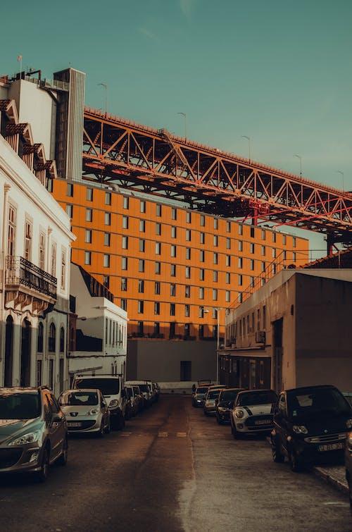 arabalar, binalar, gün ışığı, gündüz içeren Ücretsiz stok fotoğraf
