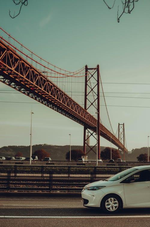 arabalar, asfalt, asfalt yok, asma köprü içeren Ücretsiz stok fotoğraf