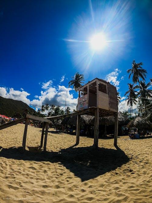 Immagine gratuita di bagnino, cielo nuvole, frequentatori della spiaggia