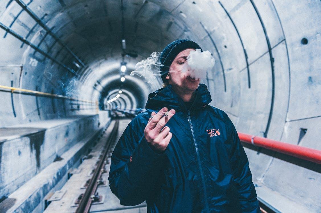 Ondiepe Focus Foto Van Man Rookvrije Sigaret