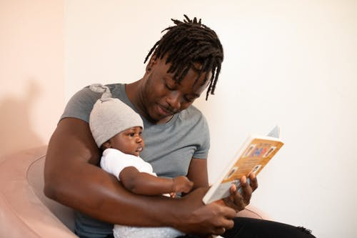 Mann Im Grauen Hemd, Das Baby Im Weißen Strampler Hält