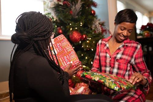 Základová fotografie zdarma na téma černoška, dárky, dary