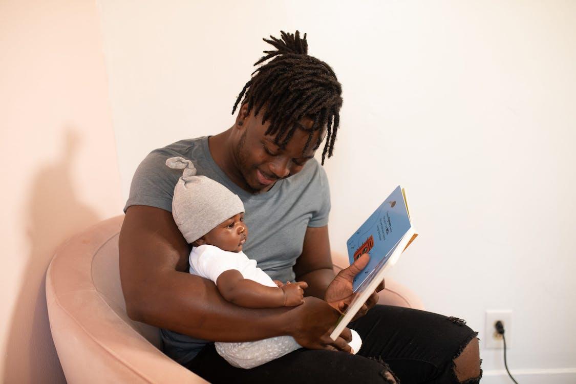 Фотография мужчины, несущего ребенка
